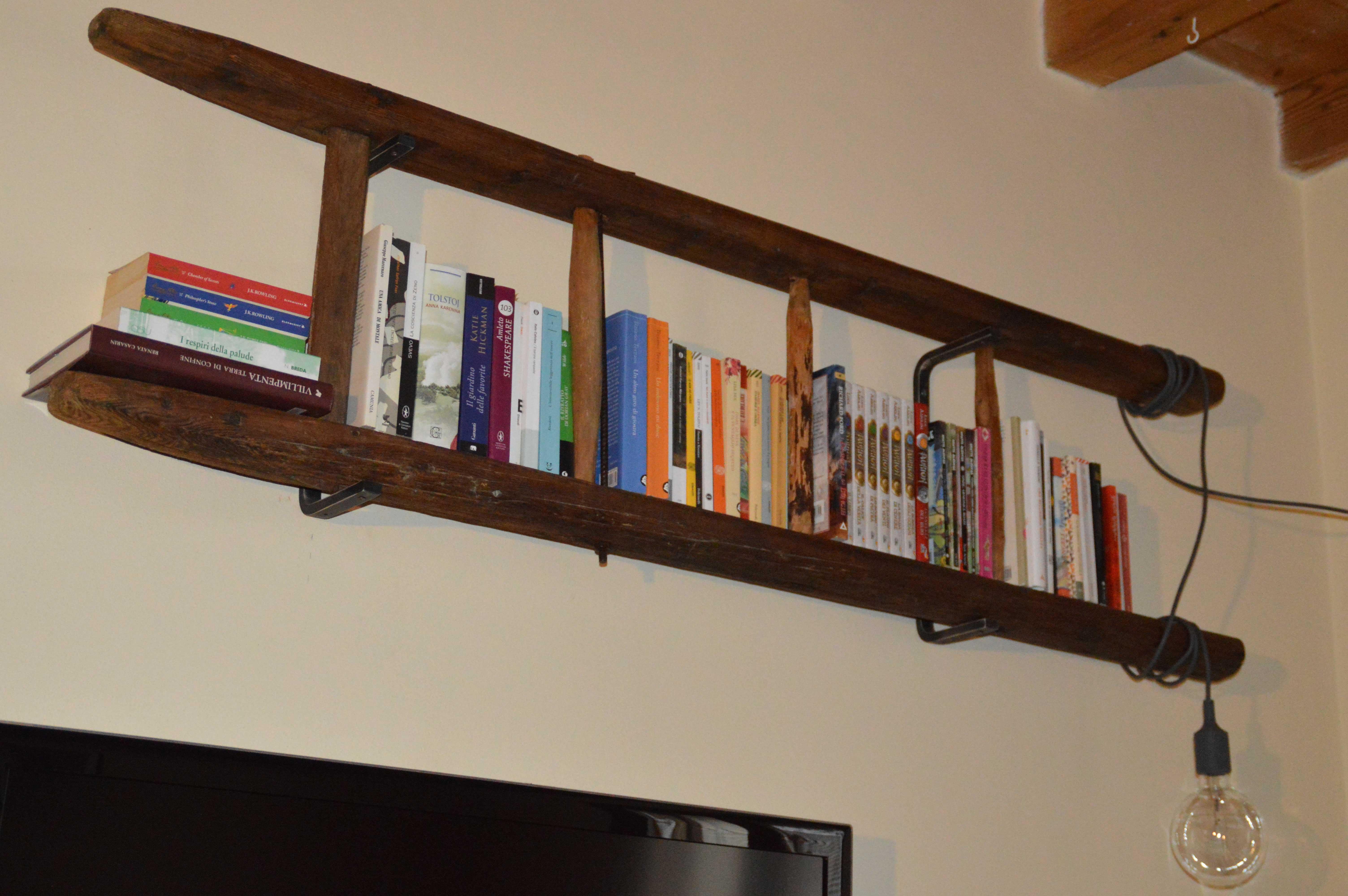 Librerie Con Scala Scorrevole In Legno.Libreria Con Vecchia Scala A Pioli L Arte Del Recupero