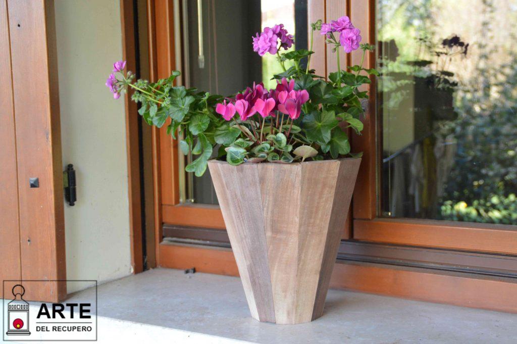 Vaso dodecagonale creato con tronchetti di legno