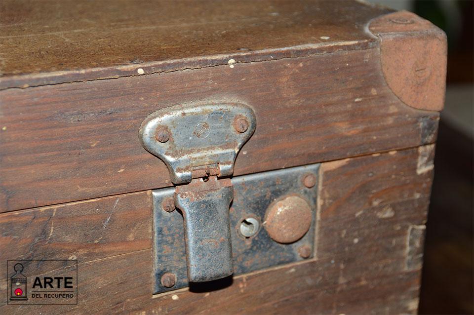 dettaglio valigia legno