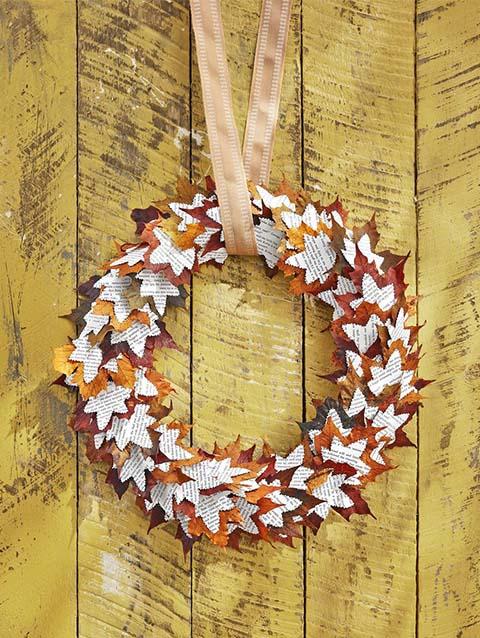 Ghirlanda con foglie secche e foglie di carta